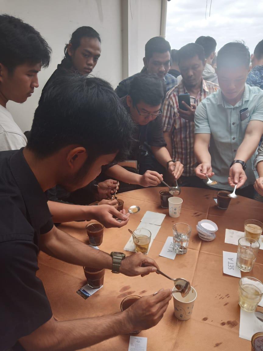 Tim Etalase bersama Peserta lainnya saat fokus dalam Materi Cupping